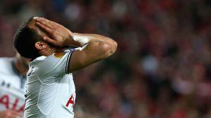 Tottenhamin Andros Townsend peittää kasvonsa käsiinsä.