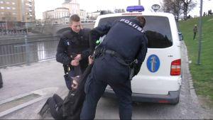 Poliisi pidättää mielenosoittajan