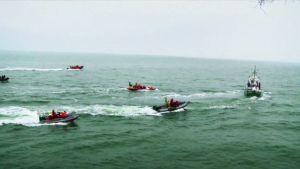 Greenpeacen veneitä merellä.