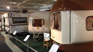 Vanhoja asuntovaunuja Mobilian näyttelyssä.