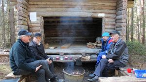 Markku Niemelä (vas.), Martti Koljonen, Asmo Koljonen ja Pentti Hytönen pitävät huolta Heinäjoen luontoreitistä.