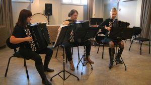 Trio Accat eli vasemmalta Johanna Appelberg, Henna Aaltonen ja Saara Pitkänen