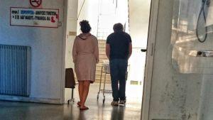 Kreikkalainen pariskunta vie vastasyntynyttään osastolle.