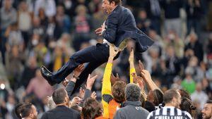 Juventuksen pelaajat heittelevät päävalmentaja Antonio Contea ilmaan