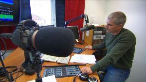 Pertti Perämäki Radio Jyväskylän studiossa.