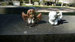 Kaksi enkeliä hautakivellä.