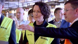 Tasavallan presidentin puoliso Jenni Haukio tutustui Iittalan lasitehtaan tomintaan tehtaanjohtaja Per-Henrik Hagbergin opastuksella.