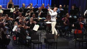 Kapellimestari Ville Matvejeff johtaa Jyväskylä Sinfoniaa.