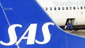 SAS:n lentokone lentokentällä Tukholmassa.