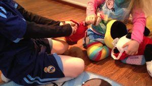 Lapset riitelevät pehmolelusta