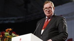 Paavo Lipponen puhuu SDP:n puoluekokouksen avauksessa Seinäjoellä