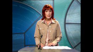 Riia Hantula juontaa Pohjanmaan uutisten ensimmäistä lähetystä.