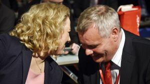 Urpilainen ja Rinne keskustelevat.
