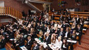 Nuoria istumassa Helimun-seminaarissa.
