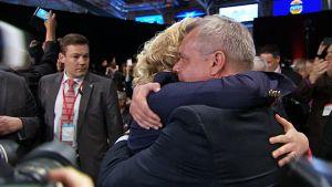 Urpilainen ja Rinne halaavat.