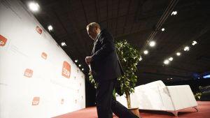 SDP:n uusi puheenjohtaja Antti Rinne poistui sen jälkeen kun oli pitänyt linjapuheensa puolueen kokouksessa Seinäjoella lauantaina 10. toukokuuta.