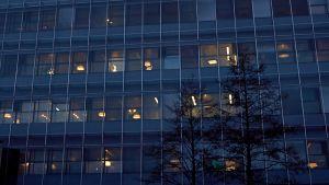Valoja rakennuksessa.