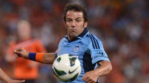 Sydney FC:n Alessandro Del Piero ja pallo.