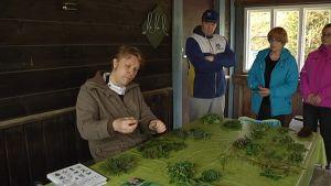 Kokko ja villiruokalähettiläs Sami Tallberg opastaa villikasvisten käyttöä.