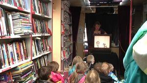 Nukketeatteriesitys kirjastoautossa