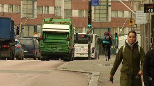 Hämeentiellä pyöräilevä saa väistellä joko jalankulkijoita tai raskasta liikennettä.