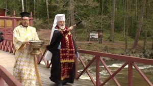 Arkkipiispa Leo vihkii kalastusmajan uudet tilat käyttöön