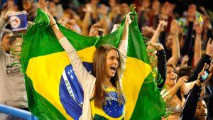 Brasilian fani kannattelee maan lippua jalkapallokatsomossa.