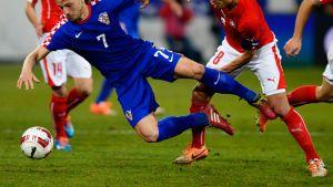 Kroatin Ivan Rakitic ja Sveitsin Gökhan Inler kamppailevat pallosta.