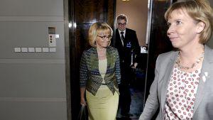 Sisäministeri Päivi Räsänen ja oikeusministeri Anna-Maja Henriksson sekä Jehovan todistajien tiedottaja Veikko Leinonen.