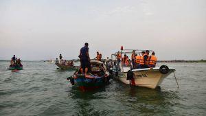 Pelastajien veneitä joella.
