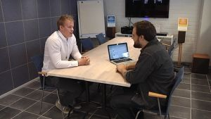 Kauppatieteiden opiskelija Jani Lehtimäki ja mainostoimisto MEOMin toimitusjohtaja Tom Rantala vaihtavat ajatuksia kahvikupin ääressä.