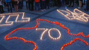 Krimin kartta ja luku 70 piirrettynä katuun kynttilöin.