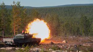 panssarivaunu ampuu Rovajärven harjoitusalueella