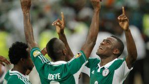 Nigerian joukkue juhlii maalia.