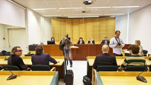 Filosofi Esa Saarinen (vas.) ja asianajaja Harri Kontturi sekä syytetty asianajajansa kanssa Espoon käräjäoikeudessa 19. toukokuuta.