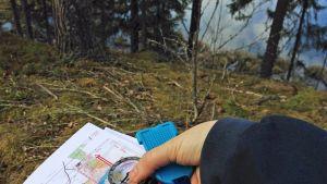 Kartta, kompassi ja emit-leimauslaite.