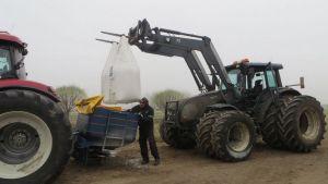 Maatalousyrittäjä Janne Jurva Tervolasta on aloittamassa apulannan levitystä tilan pelloille.