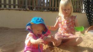 lapset leikkivät hiekkalaatikolla