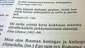 Kielioppiin liittyviä sanontoja sitaattisanakirjan sivulla.