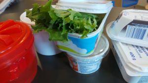 muovipurkkeja, elintarvikepakkauksia