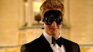 Tosi-teevee-ohjelmassa Prinssi Harrya esittävä Matt Hicks naamio kasvoillaan.