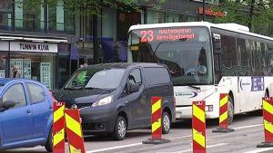 Bussi numero 23 seisoo ruuhkassa Helsingin Hakaniemessä.