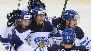 Suomi juhlii maalia Kanadaa vastaan.