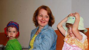 Anssi, Elsi ja Sanni Pellikainen odottavat Kempeleen terveyskeskuksessa lääkäriaikaa.