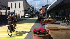 Räsymattoa pitkin voi pyöräillä kaupunkiin.