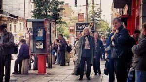 Ihmiset odottavat linja-autoa Bulgarian pääkaupungissa Sofiassa.