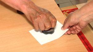 Vaalivirkailija leimaa äänestyskupongin