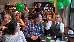 Oras Tynkkynen iloitsee saamistaan äänistä vaalivalvojaisissa.