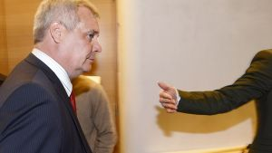 SDP:n puheenjohtaja Antti Rinne saapuu kertomaan tiedotusvälineille eduskunnassa 28. toukokuuta 2014 että hänen tavoitteena on aloittaa valtiovarainministerinä seuraavalla viikolla.