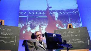 Fyysikko Stephen Hawking julkistamassa ennustuksensa Englannin tulevasta MM-menestyksestä.